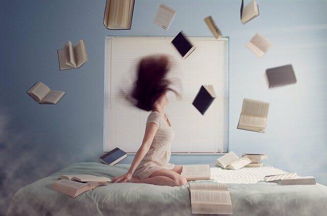 Bücher fliegen um Studentin herum