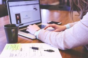 Student nutzt VPN am Laptop